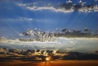 Schattenbildung am Himmel durch Wolken, also auch durch Kondensstreifen