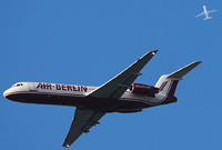 Flugzeug im Landeanflug und Überflug ohne Kondensstreifen