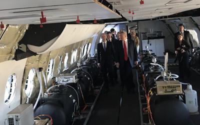 Donald Trump beim Rollout der ersten Boeing 787-10