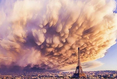 """Crazy clouds over Paris !! Wow"""