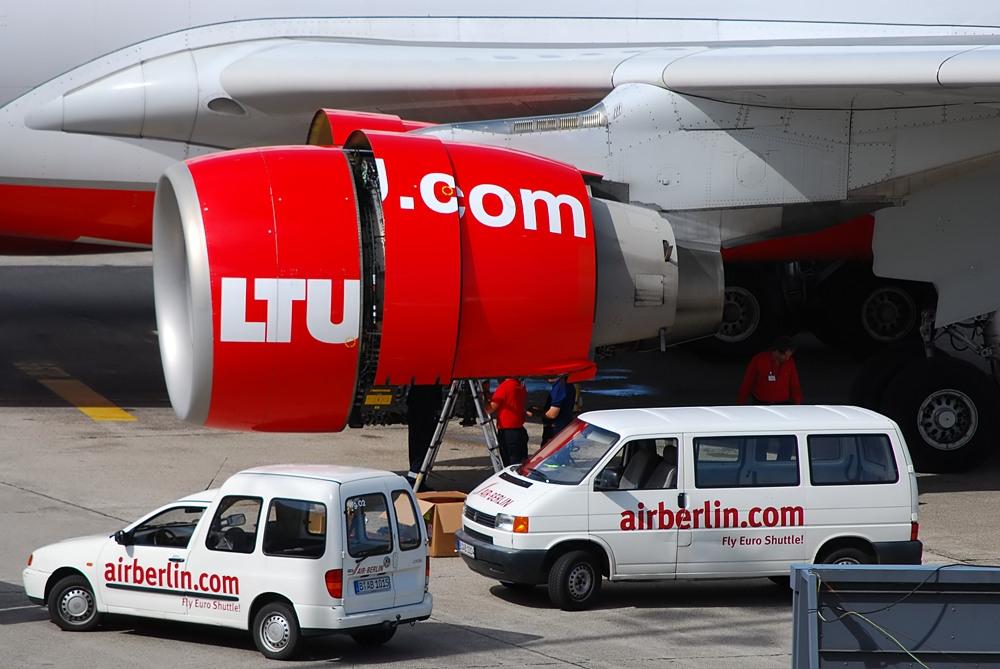 Arbeiten am Triebwerk einer A330 von LTU (Air Berlin)